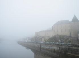 Musée du Château de Mayenne dans la brume