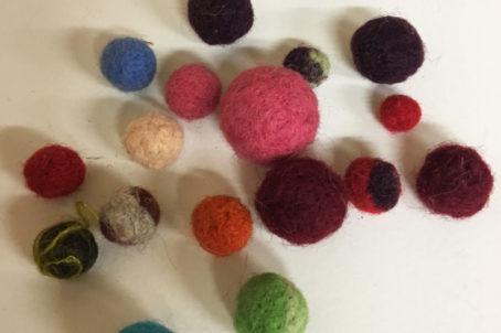 Perles en laine feutrée